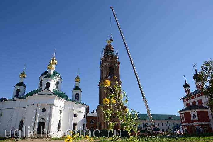 На колокольню Богоявленского монастыря установили крест и купол